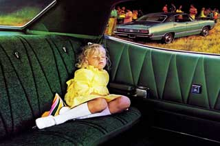 Kind op achterbank Ford Torino 1971