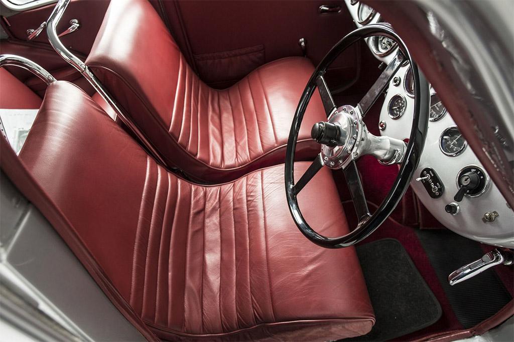 Aston Martin atom interieur