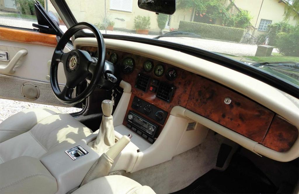 MG RV8 interieur