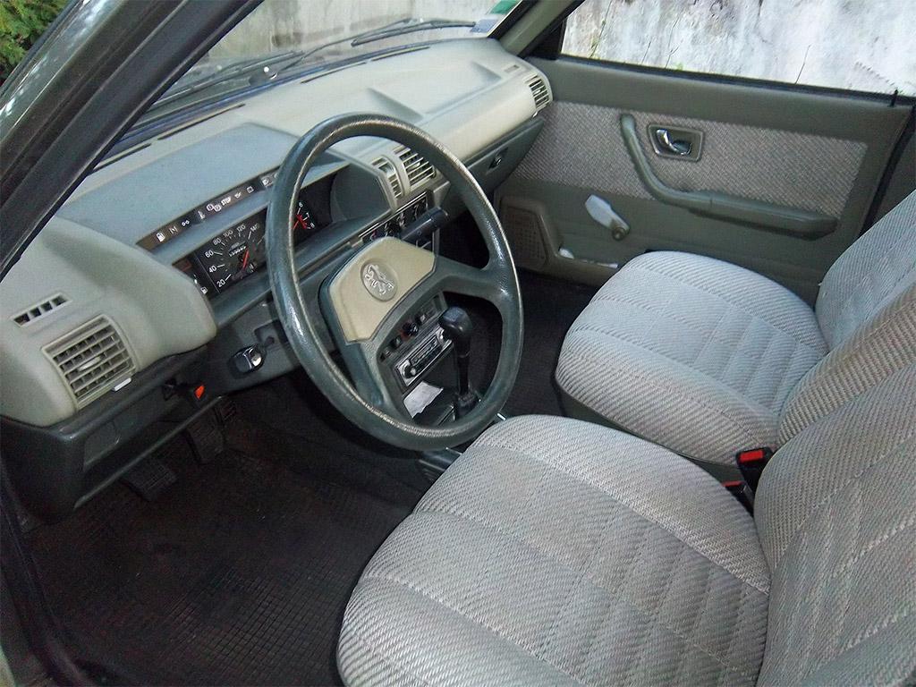 Peugeot 305 interieur