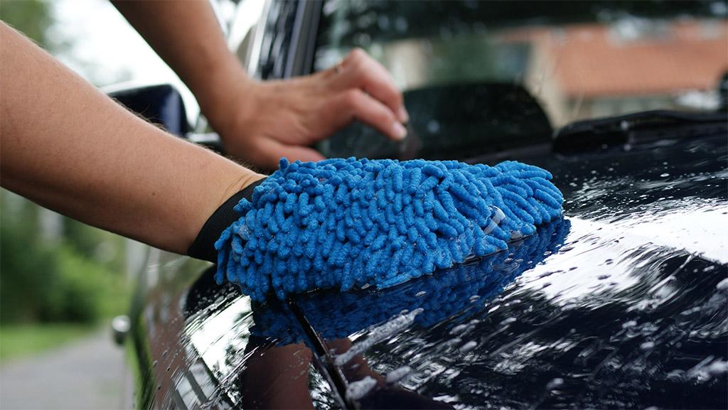 auto wassen met washandschoen