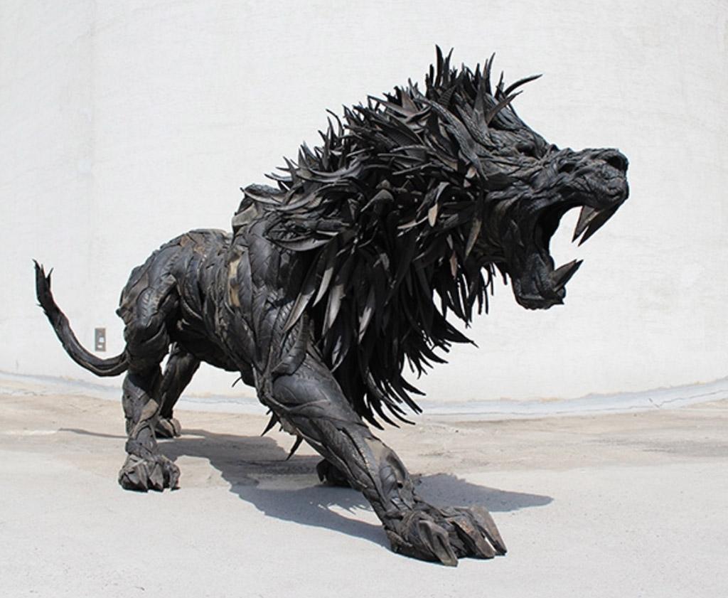 leeuw van autobanden kunstwerk