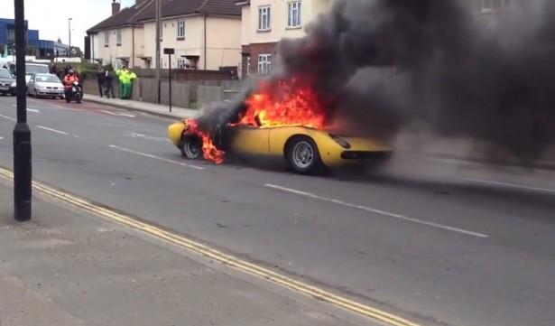brandende Lamborghini miura