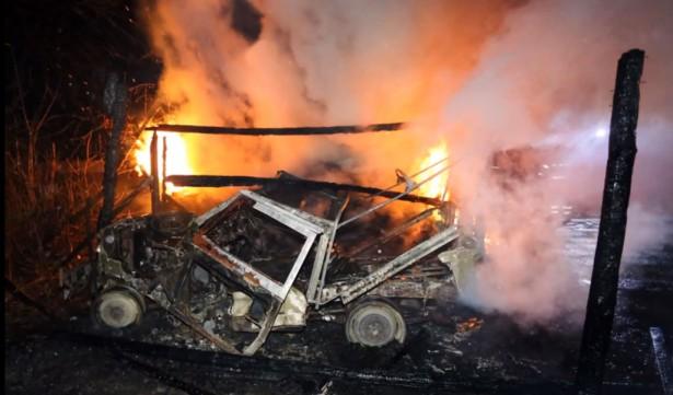 klassieke landrover uitgebrand
