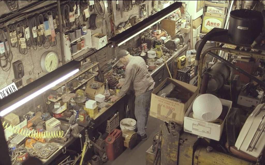lenny shiller in zijn werkplaats