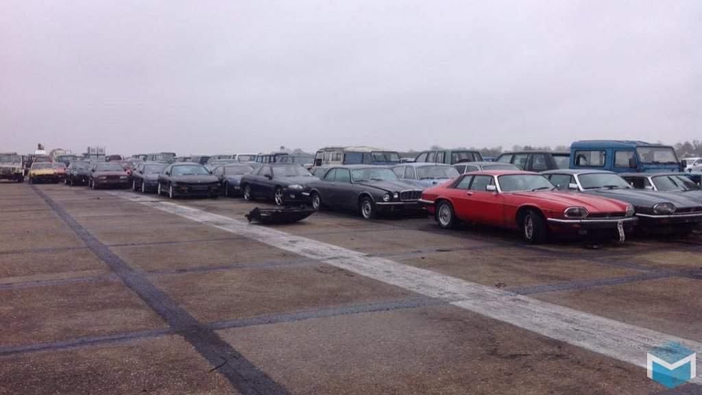 Mini's, triumphs, jaguars op verlaten vliegveld in Engeland